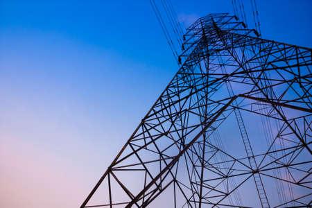 electricidad industrial: Poste de alto voltaje y el cielo en el crep�sculo del tiempo