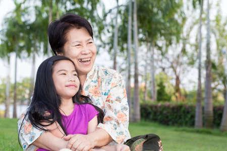 abuela: Abuela y nieto abrazando en el parque