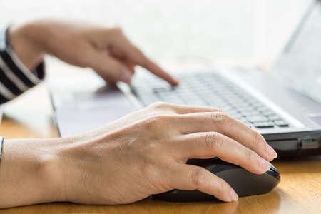 klik: Vrouw hand klik muis en laptop