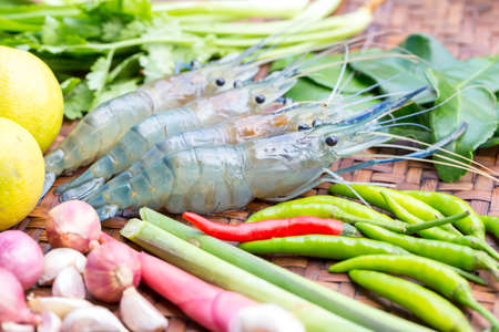camaron: Camarón fresco e ingredientes frescos para tom yum gung