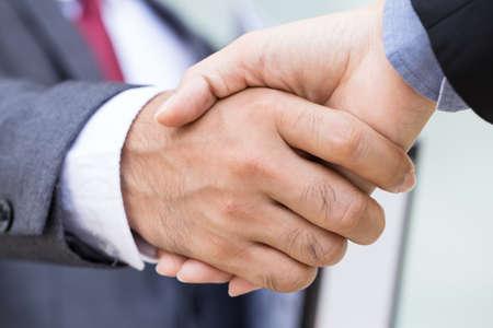 handshake: hombre de negocios que el apret�n de manos Foto de archivo