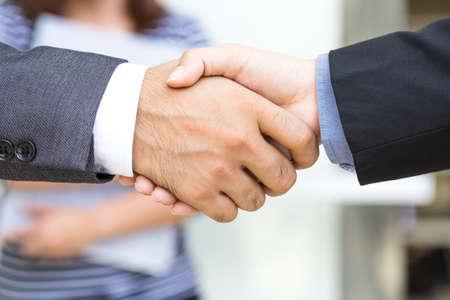 dando la mano: hombre de negocios que el apretón de manos Foto de archivo