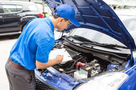 Mechaniker Mann Zwischenablage und überprüfen Sie das Auto Lizenzfreie Bilder