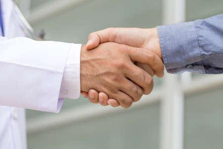 dando la mano: El doctor da la mano a un paciente