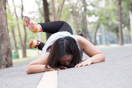 Unfall. stolpern und fallen, während Jogging