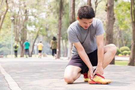 Sportverletzung. Mann mit Schmerzen im Knöchel beim Joggen