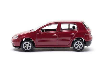 Kant van het speelgoed auto geïsoleerd op een witte achtergrond
