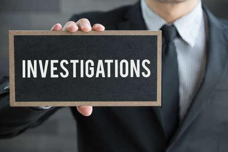 Le indagini, un messaggio sulla lavagna e tenere da uomo d'affari
