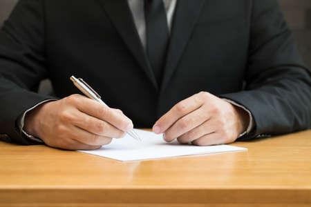 contrato de trabajo: Empresario de firmar un contrato  Foto de archivo