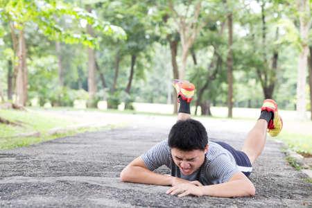 blessure accident de sport. trébucher et tomber tout le jogging