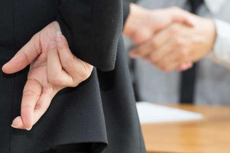 Disonestà, concetto di frode di affari, uomo d'affari che mostra le dita attraversate Archivio Fotografico - 72320306