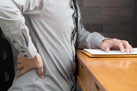 Geschäftsmann Rückenschmerzen bei der Arbeit, Office-Syndrom-Konzept Standard-Bild - 77400172