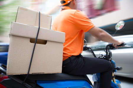 Levering man rijden motorfiets service, snel en gratis vervoer Stockfoto