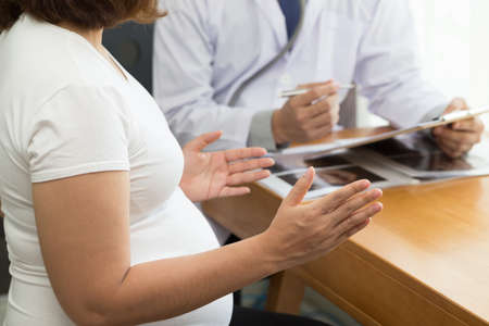 Pregnant women are asking questions to the doctor