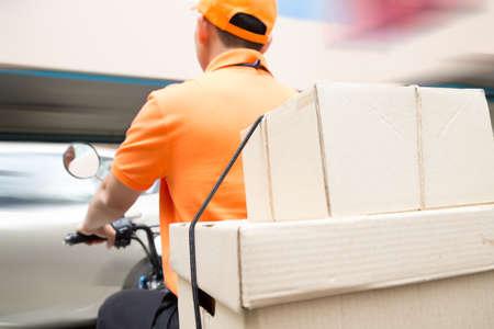 Livreur, service de moto, transport rapide et gratuit Banque d'images - 81482396