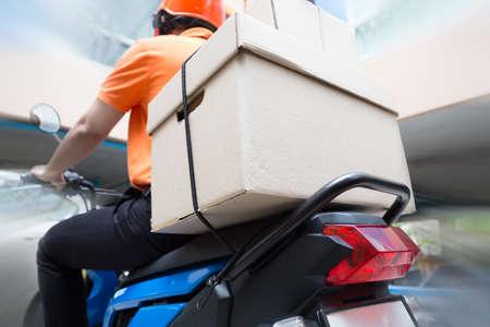 Repartidor en moto, servicio de transporte rápido y gratuito