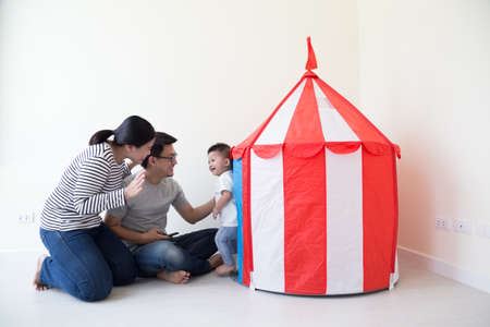Happy Asian family and son playing with castle tent in the room at home having fun together and smiling 免版税图像