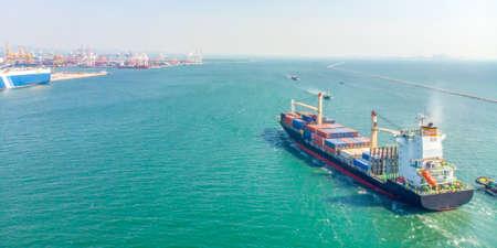 Vue aérienne des cargos en mer sont transportés en conteneurs jusqu'au port. Importation, exportation et expédition, logistique et transport d'entreprises internationales par bateau, bannière panoramique avec espace de copie