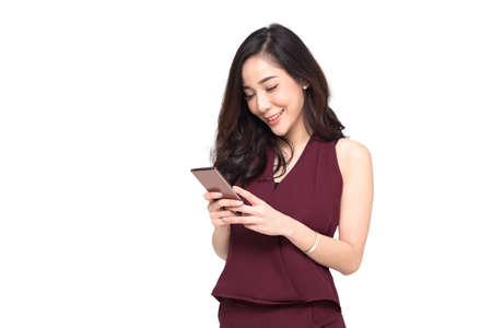 Mujer uso de teléfono celular aislado sobre fondo blanco, empresaria está escribiendo SMS en el teléfono móvil, retrato de cerca de una dama feliz jugando en el teléfono inteligente, modelo asiático tailandés