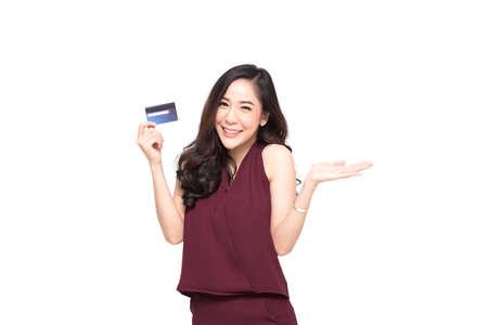 Jeune belle femme asiatique souriante présentant une carte de crédit à la main pour faire des achats de paiement isolé sur fond blanc