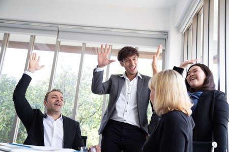 Los emprendedores de inicio exitosos y el equipo de gente de negocios logran metas celebrando dar cinco en la oficina. Éxito y concepto ganador