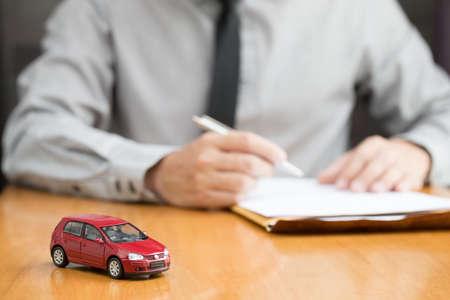 Inspector de alquiler de coches llenando el contrato, concepto de alquiler de coches