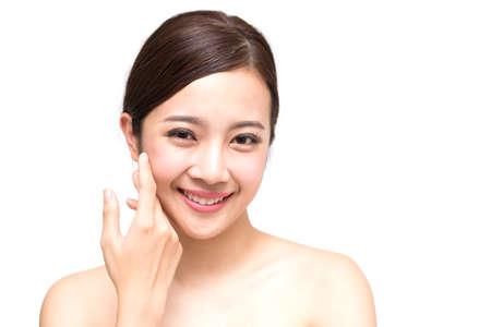 Feliz hermosa joven asiática con piel limpia y fresca, cuidado de la cara de belleza de niña, tratamiento facial y concepto de spa de cosmetología Foto de archivo