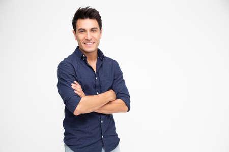 Portrait d'un homme de race blanche avec les bras croisés et le sourire isolé sur fond blanc, regardant la caméra, concept de sentiment heureux Banque d'images