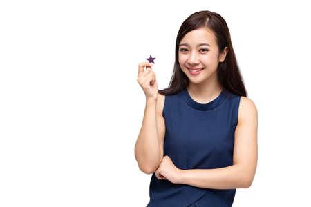 Glückliche asiatische Geschäftsfrau, die Sternzeichen einzeln auf weißem Hintergrund, Kundenerfahrung und beste ausgezeichnete Servicebewertung für Zufriedenheitskonzept zeigt Standard-Bild