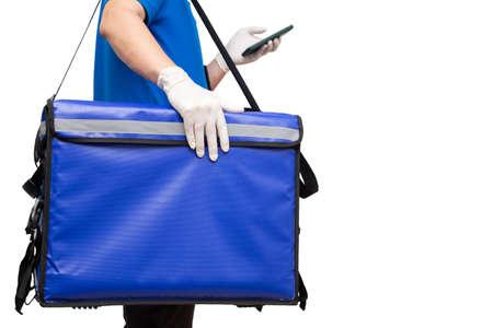 Livreur tenant une boîte de livraison bleue et utilisant une application de navigation sur téléphone mobile. Livraison de nourriture ou de colis express service isolé sur fond blanc Banque d'images