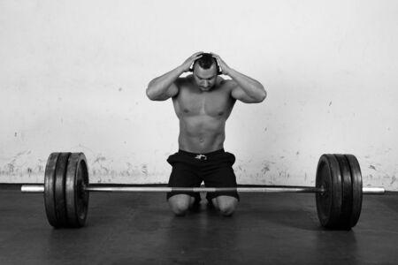 hombre deportista: Hombre que se prepara para levantar una mancuerna pesada Foto de archivo