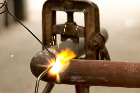 Welding a metal pipe Imagens - 15515989