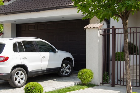 Weiß Auto vor dem Haus wartet, in der Garage geben