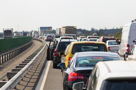 Stau auf der Autobahn. Stau in der Hauptverkehrszeit.