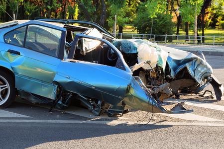 Coche azul destruido después de horrible accidente de coche Foto de archivo - 60793799