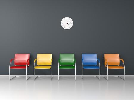 Schönes dunkles Wartezimmer mit fünf farbigen Stühlen Standard-Bild