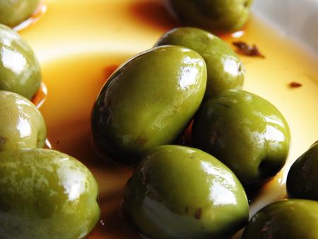 Un plato de aceitunas verdes