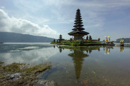 hindus: Ulun Danu Tample. It is a place of worship for Hindus. This unique building can only see in Bali, there is no other place. Foto de archivo