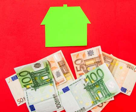 investment real state: Una casa sobre una pila de euros