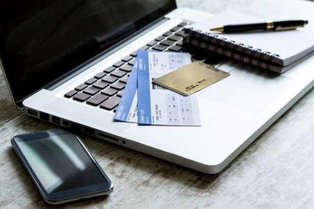 tarjeta visa: La compra de los billetes de avi�n en l�nea con tarjeta de cr�dito Foto de archivo