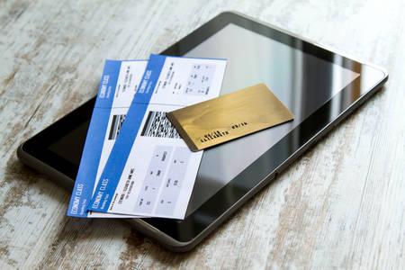 De aanschaf van vliegtickets online met een creditcard Stockfoto