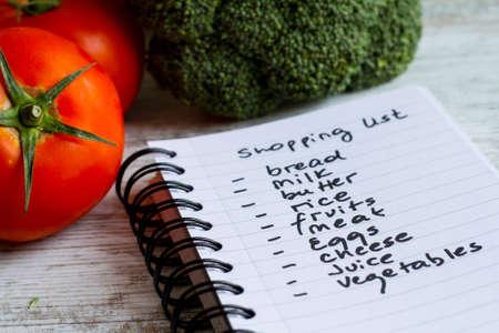 compras: Preparación de la lista de la compra antes de ir a comprar los comestibles. Foto de archivo