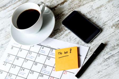 kalender: Überprüfen monatlichen Aktivitäten und Termine im Büro Lizenzfreie Bilder