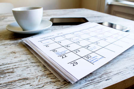 calendrier: Vérification des activités et des rendez-vous mensuels au bureau
