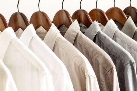 Varios camisas en una percha del blanco al rango de color negro
