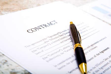 Lectura de un contrato antes de firmarlo