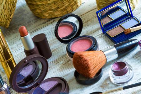 maquillaje de ojos: El poner en maquillaje antes de salir Foto de archivo