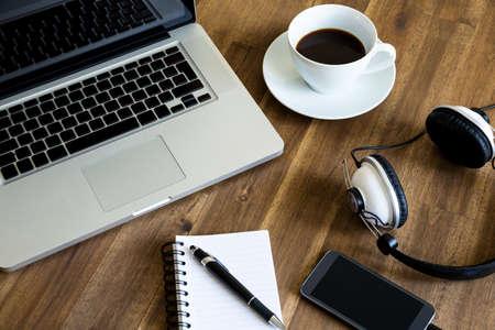 ラップトップ、ノートをとり、コーヒーを飲むと作業