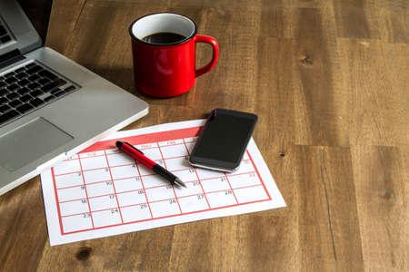 cronogramas: Trabajar con el ordenador portátil y la organización de actividades mensuales y citas en el calendario