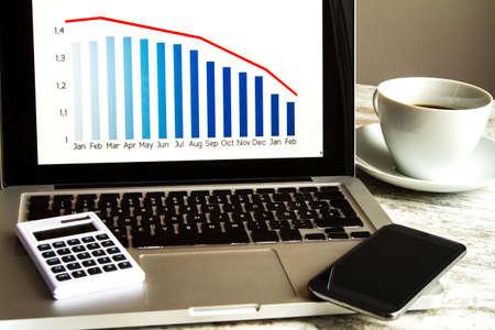 teclado de computadora: Analizando los gráficos con la evolución del dólar tipo de cambio del euro y haciendo cálculos Foto de archivo